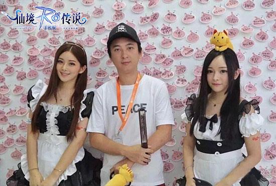 8.13-图片1:王思聪二度造访心动网络展台