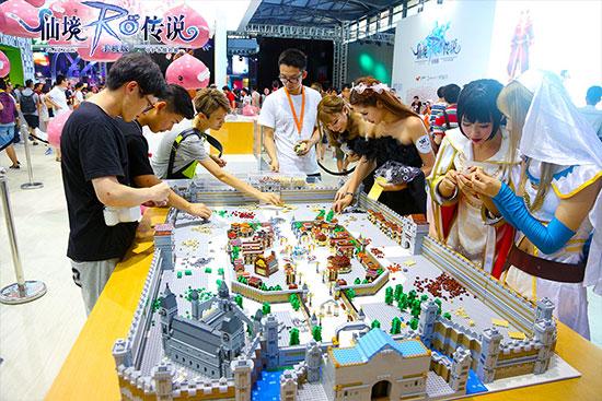 8.19-图片5:ChinaJoy现场众人驻足一起搭建